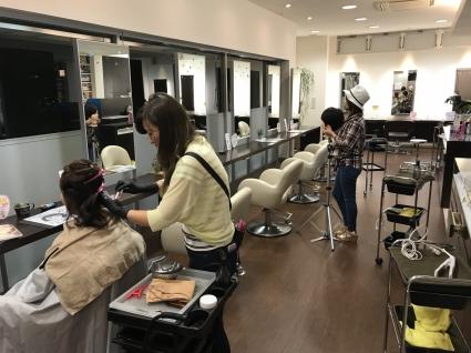 一番のウリは美容師育成のための教育の充実です! ハーフペニーが永年積み上げてきたオリジナルノウハウを、毎年時代に合わせ、スタッフに合わせ進化させています。