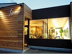 お客様がリラックスできるように、堅さのないシンプルなお店づくりを目指しています。